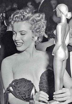 hollywood icons icon Marilyn never give up on your wins! Thank you Miss Hollywood. Hollywood Icons, Classic Hollywood, Old Hollywood, Hollywood Cinema, Marilyn Monroe Fotos, Photos Rares, Cinema Tv, Book Of Mormon, Norma Jeane