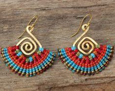 En forme de boucles d'oreilles tribal en laiton par cafeandshiraz
