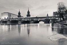 schwarz-weiß Foto   Oberbaumbrücke U-Bahn Eis