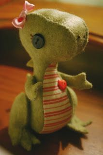 Cute dinosaur stuffy -looks easy enough to make...