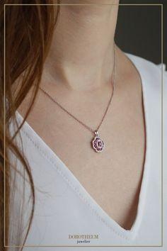 Setzen Sie ein blühendes Statement mit dieser wunderschönen Kette; Die von Diamanten umgebenen Rubine bilden einen strahlend-eleganten Blickfang, der an die Form einer Blume erinnert. Spring Blooms, Elegant, Form, Winter Wonderland, Pendant Necklace, Diamond, Clothes, Jewelry, Ruby Jewelry