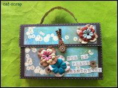 "Tuto de l'album ""mini valise "": http://cat-scrap.over-blog.com/article-tuto-album-valise-sur-la-plage-abandonnee-88166748.html"