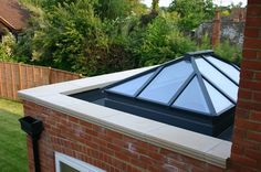 Flat roof with parapet wall and lantern Orangery Extension, Roof Extension, Extension Ideas, Bungalow Extensions, House Extensions, Lantern Roof Light, Coping Stone, Retractable Pergola, Pergola Plans