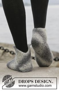 Felted DROPS slippers in garter st in Big Delight. Knitting Patterns Free, Free Knitting, Knitting Socks, Free Pattern, Drops Design, Baby Slippers, Knitted Slippers, Crochet Slipper Boots, Magazine Drops