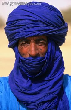 Many Tuareg men swath their heads in thick turbans to protect them from extreme heat, light and wind. It is also effective protection from the harsh desert sands. Tuareg People, Desert Sahara, Dystopia Rising, Arab Men, Blue Life, Interesting Faces, Namaste, World Cultures, People Around The World