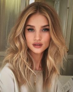Golden Blonde Balayage for Straight Hair - Honey Blonde Hair Inspiration - The Trending Hairstyle Hair Day, New Hair, Hair Inspo, Hair Inspiration, Medium Hair Styles, Short Hair Styles, Medium Blond Hair, Soft Curls For Medium Hair, Medium Waves