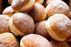 A fánk sütőben sütve is pompás, de jóval kalóriaszegényebb, mint a hagyományos csemege. Hungarian Desserts, Hungarian Recipes, Hungarian Food, Gourmet Recipes, Cooking Recipes, Pancake Muffins, Sweet Pastries, No Bake Desserts, Donuts