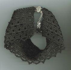Coleira/gargantilha em crochê e miçangas pretas