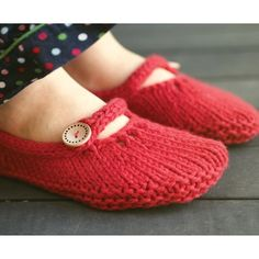 Ysolda Teague Not-So-Tiny Slippers, knit in bulky weight yarn, these would be super fast to knit, perfect for a last minute gift. Grab your favorite bulky yarn, two cute buttons, and GO! #knitting