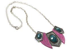 Un collar con elementos de metal y cuero.  Tamaño/peso Longitud: 46-52 cm  Los materiales utilizados Metal, cuero y piedras semipreciosas