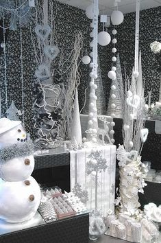 Fabulous christmas decorations for a winter wonderland 04 ~ Popular Living Room Design Winter Wonderland Decorations, Winter Wonderland Theme, Wonderland Party, Winter Wonderland Christmas Party, Winter Party Decorations, Wedding Decorations, Office Christmas Decorations, Christmas Window Display, Christmas Themes