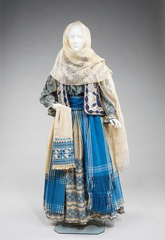 Romanian folk costume has remained relatively unchanged and continues to be worn for festival occasions. The basic model for women consists of an embroidered blouse and skirt, belt, head scarf, and often a vest or jacket Historical Costume, Historical Clothing, Mode Russe, Vintage Outfits, Vintage Fashion, Folk Clothing, Renaissance Clothing, Medieval Fashion, Ethnic Dress