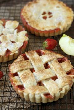 Apple-strawberry pie with cardamom