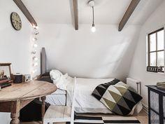 味気なくなりがちなワントーンの部屋は、ベッド周りのファブリックやインテリアでアクセントを。
