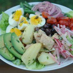 Ensalada Niçoise francesa. | 25 Recetas de divinas ensaladas que vas a querer hacer durante todo el año