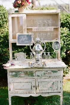 hot apple cider station at the ceremony! love this idea for fall weddings. Like display. No hot apple cider. Vintage Hutch, Vintage Shabby Chic, Vintage Country, Vintage Table, Deco Buffet, Deco Table, Fall Wedding Drinks, Wedding Reception, Brunch Wedding