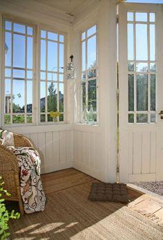 6. Sköna sittplatserLadda för långa kvällar på verandan. Ett par sköna fåtöljer med extra kuddar och plädar är bra att ta till om det blir svalare om aftonen. Rottingfåtöljer är lätta att flytta omkring, eller bära ut i solen om man vill.