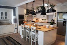 Aranżacja jasnej kuchni w stylu modern classic. Biała kuchnia z wyspą - pomysły i inspiracje na wystrój wnętrz. Jak urządzić otwartą kuchnię w bieli.