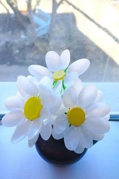 DIY Plastic Spoon Crafts - Flower vaseYou will need:Plastic spoonsBottle capsVaseGlue Plastic Spoon Crafts, Plastic Silverware, Plastic Spoons, Cutlery, Flower Crafts, Diy Flowers, Paper Flowers, Recycled Crafts, Diy And Crafts
