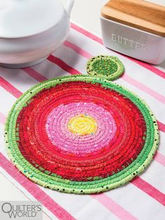 IT'S A LOVELY GIFT, TOO! Make a hot pad and brighten your table at the same time with colorful scraps. Thin strips wrapped around cotton clothesline rope come together quickly in this easy project. Quilt Patterns, Sewing Patterns, Apron Patterns, Dress Patterns, Sewing Crafts, Sewing Projects, Colorful Quilts, Christmas Sewing, How To Make Notes