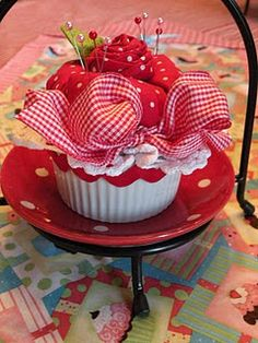 Cupcake Pincushion... I want one!!!