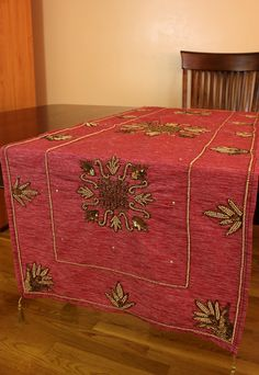 Decorative table runner with a strong impression