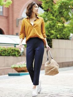 A minimalist fashion outfit that changes all one's views. There are many factors to keep in mind when deciding on your stylish summer minimalist outfit. Summer Work Outfits, Casual Work Outfits, Mode Outfits, Work Casual, Office Outfits, Chic Outfits, Classy Outfits, Work Attire, Office Wear