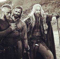 Ragnar, Rollo and Leifs Father Erik Wo ist er wohl jetzt ? Die Walküren brachten ihn nach Valhalla, dort trinkt er in diesem Moment Bier mit den Göttern !