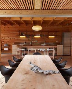 Casa em Great Barrier Island, Auckland, Nova Zelândia. Projeto por Herbst Architects. #arquitetura #arte #art #artlover #design #architecturelover #instagood #instacool #instadesign #instadaily #projetocompartilhar #shareproject #davidguerra #arquiteturadavidguerra #arquiteturaedesign #instabestu #decor #architect #criative #interiores #estilos #combinações #greatbarrierisland #auckland #novazelandia #herbstarchitects