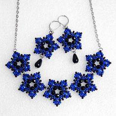 Royal+blue+-+luxusní+souprava+Luxusní+šitá+společenská+souprava+z+krajkových+hvězdiček,+vyrobená+ze+sytě+černých+ohňovek,+kapek+a+rokajlu+Preciosa.+Přívěsky+jsou+pečlivě+prošité+kvalitním+vlascem,+takže+jsou+opravdu+pevné.+Barevná+kombinace:+sytá+černá,+tmavě+modrá,+stříbrná+(platina)+Obvod+náhrdelníku+51,5cm.+Průměr+hvězdiček+2,6cm.+Délka+náušnic+(od...