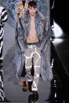 Versace Menswear Fall 2013 Mens Fur, Versace Men, Gianni Versace, Versace Store, Men's Fashion, Fashion Gallery, High Fashion, African Fashion, Mens Long Coat