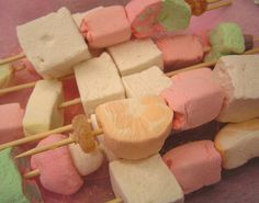 Make kabobs with gourmet marshmallows for children's parties