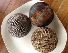 IDEASHOT: Esferas decoradas con plumas y granos de frijoles.