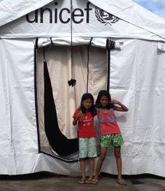 Notfall Philippinen: zwei Mädchen vor einer UNICEF-Kinderzone! Philippines, First Aid, Kids