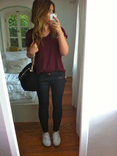 Lederjacke, Tasche und gewachste Skinnies sind von Zara. T von H&M. Sneaker von Superga Off The Shoulder  von Essie.