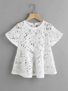 Online shopping for Zip Back Floral Crochet Trapeze Top from a great selection of women's fashion clothing & more at MakeMeChic. African Wear, African Dress, Blouse Styles, Blouse Designs, African Fashion Dresses, Fashion Outfits, Women's Fashion, Crochet Top Outfit, Mode Kimono