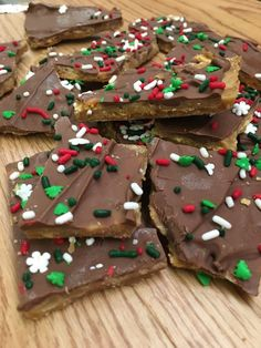Easy Christmas Crack tastes a lot like Heath bars, with a delicious amount of chocolate on top. You can decorate the top for any holiday, including Christmas, Valentine's day, or any holiday in between. Christmas Bark, Christmas Desserts, Simple Christmas, Christmas Treats, Christmas Baking, Christmas Cookies, Christmas Recipes, Christmas Foods, Holiday Baking