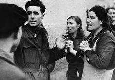 Después de un ataque aéreo sobre Madrid de 16 aviones rebeldes de Tetuán, Marruecos español, los familiares de los atrapados en las ruinas las casas se acercan para recibir las noticias de sus seres queridos, 8 de enero de 1937. Los rostros de estas mujeres reflejan el horror que los no combatientes estaban sufriendo en la lucha civil.