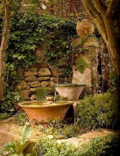 Stein Garten-brunnen vintage-mit efeu-bewachsen gartendeko