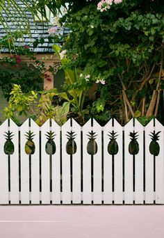 I'm feelin the love for the pineapple fence. I'd like it even better if it alternated pineapples and bottles of wine. Boom, pineapple wine, dollar fifty all the time! ♥