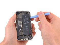 Voer de plastic openingstool langs de rechterrand van de batterij en loswrikt op verschillende punten om deze volledig te scheiden van de lijm waarmee de batterij aan de behuizing vast zit.