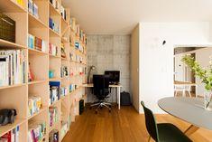 ご主人のワークスペース。本棚がすぐ近いので気分転換に本を開けて良いですね。#U様邸菊名 #ライブラリー #本棚 #作業場所 #ワークスペース #インテリア #EcoDeco #エコデコ #リノベーション #renovation #東京 #福岡 #福岡リノベーション #福岡設計事務所 Shelving, The Unit, Home Decor, Shelves, Decoration Home, Room Decor, Shelving Units, Home Interior Design, Shelf