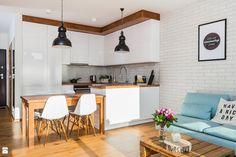 Kolorystyka, brak uchwytów przy szafkach, ładne frony, lampy nad stołem i blatem, oddzielenie kuchni od salonu