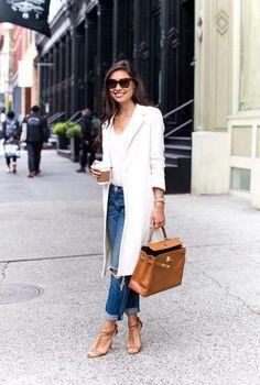 Conjunto abrigo blanco, pantalones tejanos, jersey blanco y sandalias marrones #misconjuntos #conjuntosmoda #modafemenina #fashion #style #looks
