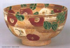 <色絵金彩椿鉢>昭和30年 京都国立近代美術館蔵