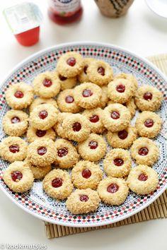 Dit is de perfecte tijd om zoveel koekjesrecepten met jullie te delen. Waarom? Na het vasten is het feest, dan is het Eid al-Fitr (het Suikerfeest) en dit wordt gevierd met allerlei lekkernijen. Één… Cupcake Recipes, Cookie Recipes, Sweet Recipes, Biscuits, Cereal, Food And Drink, Cupcakes, Pasta, Sweets