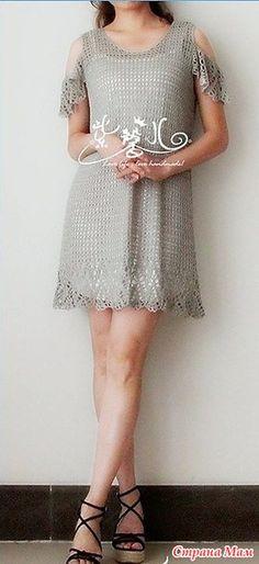 Нежное и воздушноеп платье имеет расклешенный силуэт красивую оборку и крылышки выполненные тем же узором что и оборка. Основное плотно вяжется очень простым узором. Пряжа шелк серебристого цыета.