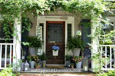 Love the ferns and their pots and the ivy growing Cottage Porch, Cottage Homes, Rustic Cottage, Pergola With Roof, Pergola Shade, Summer Front Porches, Porch Curtains, Olive Bucket, Chicken Feeders