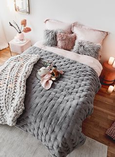Quilted velvet quilt Cheryl with decorative quilting Time to wake up — even if it is really difficult in a bedroom dream like this. Our highlight? Small Room Bedroom, Bedroom Bed, Bedroom Decor, Coverlet Bedding, Bedding Sets, Dream Rooms, Dream Bedroom, Velvet Quilt, Teenage Room Decor