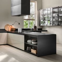 working on the contrast between the slim side and end units and the considerable thickness of the worktops